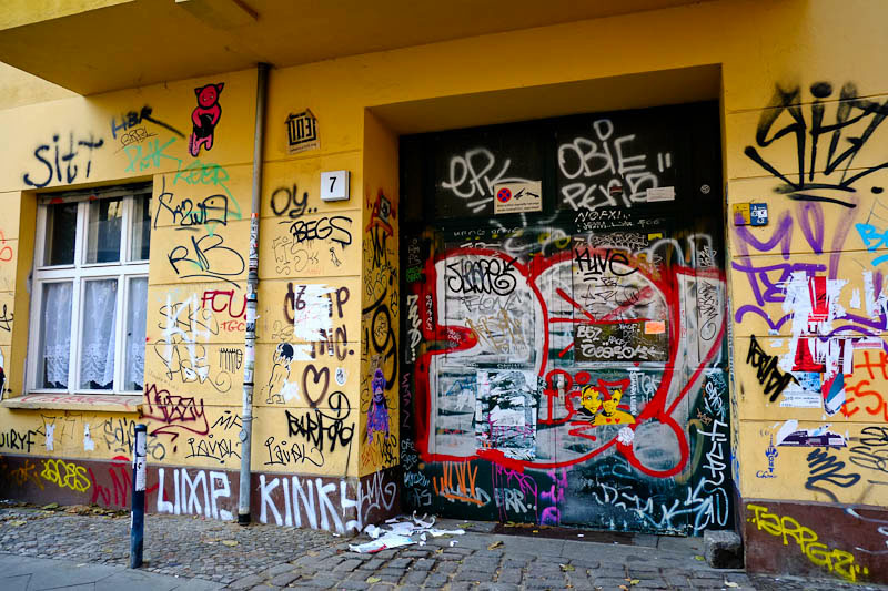 illegal graffiti berlin