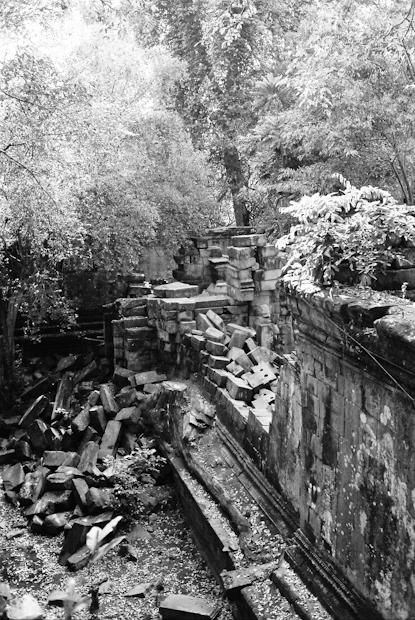 Crumbing wall, Beng Melea